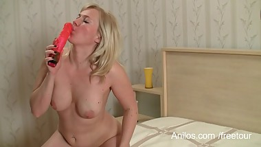 Blonde mom shares first orgasm video