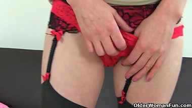 UK milfs Zanderlee and Sexy P stuff their cunt with dildo
