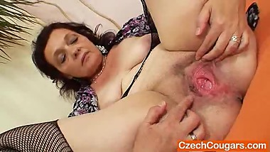 Corpulent czech mommy fingering pussy