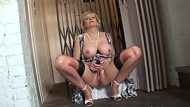 LADY SONIA Caught in the Lift wanking